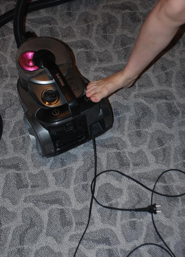 Чтобы смотать шнур нужно просто нажать ногой на кнопку.