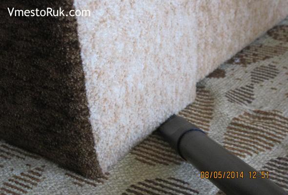 Как пропылесосить под диваном.