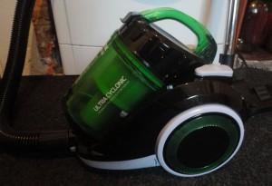 Лучший недорогой пылесос с циклонным фильтром Vitek VT-1820, идеальное соотношение «цена-качество»